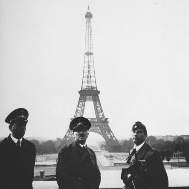 Adolf Hitler aux côtés d'Albert Speer et Arno Breker devant la Tour Eiffel.