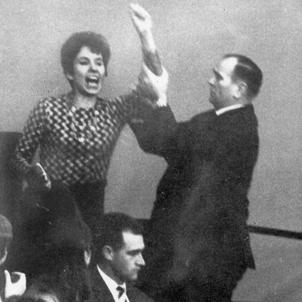 Beate Klarsfeld im Bundestag bei einer Rede von Bundeskanzler Kurt Georg Kiesinger, 1968